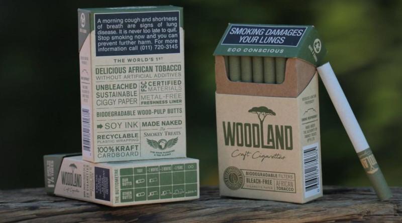 """""""Grüne Lüge"""" oder Rettung für die Umwelt? Biologisch abbaubar, trotzdem giftig? (rtl2) In Südafrika gibt es jetzt Zigaretten, die zwar die Lunge belasten können – aber angeblich nicht die Umwelt. Das behauptet zumindest der Hersteller """"Smokey Treats"""", der jetzt plastikfreie """"Öko-Kippen"""" auf den Markt gebracht hat. In Südafrika sind die Zigaretten bereits erhältlich, bei uns (noch) nicht. Aber das ist gar nicht schlimm, findet Mario Merella. Für den ehrenamtlichen """"Kippenjäger"""" und Umweltaktivisten aus Troisdorf bei Köln ist das Produkt """"eher eine grüne Lüge"""". Klar, die Idee klingt gut: Zigaretten ohne Plastikfilter. Eigentlich längst überfällig, denn weggeworfene Kippen sind ein weltweites Umweltproblem. Allein in Deutschland werden laut Weltgesundheitsorganisation WHO täglich 400 Millionen Zigaretten geraucht – und drei Viertel davon landen nicht im Aschenbecher, sondern am Straßenrand oder in der Natur. Viele Raucher hinterlassen also ohne Ende Plastikmüll. Auch, weil Zigaretten eben Filter aus Acetat enthalten. Bis auf wenige Ausnahmen zumindest. Neben """"Smokey Treats"""" stellt auch die Lübecker von Eicken GmbH """"Öko-Zigaretten"""" mit schnell abbaubaren Filtern her. Die """"Woodland""""-Zigaretten aus Südafrika sind mit Filtern aus ungebleichtem Holz-Zellstoff ausgestattet. Dem Hersteller zufolge landet darin beim Rauchen sogar mehr Teer als in herkömmlichen Filtern. Auch das Papier der Öko-Zigarette ist ungebleicht, die Tinte für die Aufschriften wurde aus Soja hergestellt, der Tabak unter fairen Bedingungen geerntet. Was macht das Produkt dann zu einer """"grünen Lüge""""? Mario Merella vom Anti-Kippen-Verein """"TobaCycle"""" findet es zwar grundsätzlich gut, dass die neuen Zigaretten keine Rückstände hinterlassen. Aber: Ein genauso wichtiges Problem löst der Hersteller nicht – auch die """"Smokey Treats""""-Kippen enthalten noch Tabakreste, aus denen Giftstoffe austreten, wenn sie am Straßenrand liegen und nass werden. Polyzyklische aromatische Kohlenwasserstoffe, Arsen, Schwermetalle wie"""
