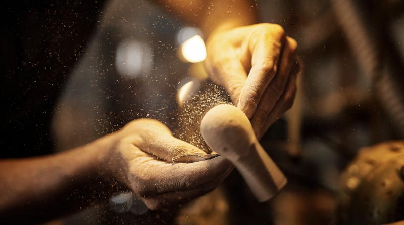 """Der Kronprinz des Hauses Ascorti ist mit John Aylesbury auf Deutschland Tour (pm/sp) Im November des Jahres 2019, also in wenigen Tagen, ist Tommi Ascorti auf Deutschland-Tour und wird sich und seine Pfeifenkunst in ausgewählten John Aylesbury Fachgeschäften präsentieren. Der junge Pfeifendesigner (3. Familien-Generation) ist die Garantie für eine zukunftsträchtige Weiterentwicklung der hochwertigen und ausgefallenen Pfeifenproduktion in Italien. In den Fachgeschäften werden ausgewählte Einzelstücke werden gezeigt und Tommi Ascorti steht den Interessenten für alle Fragen rund um die Pfeife zu Verfügung. John Aylesbury-Geschäftsführer Peter Dersche: """"Ein ganz besonderes Erlebnis für die Pfeifenfreunde steht an, nutzen Sie diese Möglichkeit bei Ihrem Händler vor Ort."""" Nachstehend die Termin und die Örtlichkeiten zur Übersicht und Planung. https://www.john-aylesbury.de/"""