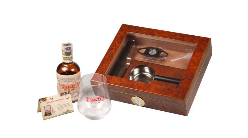 Eine Kombination aus Cigarrenzubehör und Rum