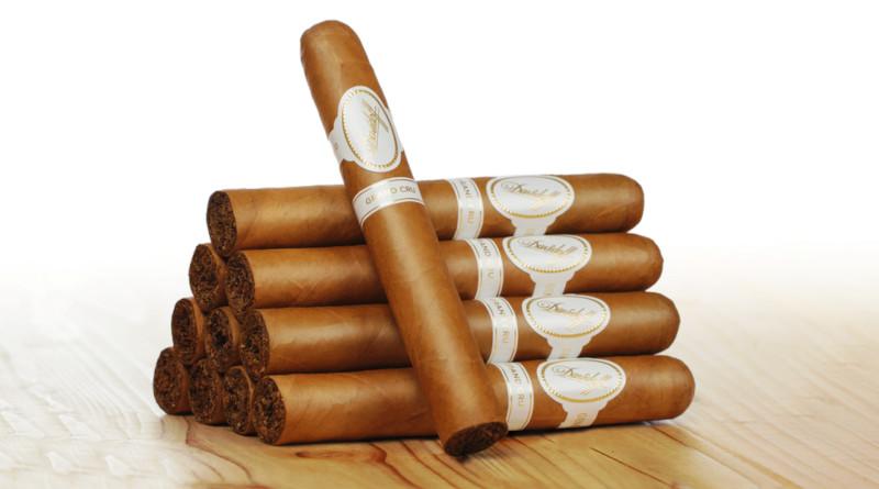 """Jetzt neu im Toro-Format / Mischung mit 3 verschiedenen Einlagetabaken (pm/sp) Aufgrund des großen Erfolges der Davidoff Signature Toro, kommt nun mit der Davidoff Grand Cru Toro ein weiterer Klassiker in diesem schönen, großen Format in Deutschland auf den Markt. Durch den größeren Durchmesser, ergibt sich ein angenehm ausgewogenes Geschmackserlebnis. Ideal für Liebhaber von mild-aromatischen und floralen Cigarren. Die Grand Cru Linie ist der Nachfolger von Zino Davidoffs ursprünglicher - im Jahr 1946 lancierten - Château-Serie, deren Inspiration in der von ihm erkannten Analogie von Wein und Cigarren lag. Die Bezeichnung """"Grand Cru"""" ist nach wie vor eine Auszeichnung erster Güter in der Welt der Weine. Grand Cru zeichnet sich durch eine Mischung aus drei verschiedenen Einlagetabaken aus und ist mit einem Bordeaux Meritage-Wein vergleichbar, der eine Mischung aus drei verschiedenen Rebsorten ist. Für die komplexe Grand Cru Mischung wird eine Vielfalt an Tabakblättern aus ausgewählten Pflanzungen verwendet, die sich durch ihre nussigen und dezent scharfen Noten mit erdigem Aroma und leicht süßem Schluss charakterisieren. Nicht zu vergessen der für Davidoff Cigarren so charakteristische cremige Abgang. Ein angenehmes und ausgewogenes Genusserlebnis, besonders im für Deutschland neuen Toro Format. Name: Davidoff Grand Cru Toro Format: Toro Länge: 15,2 cm Durchmesser: 2,2 cm Kategorie: Longfiller Herstellungsart: handgerollt Produzent: Oettinger Davidoff Herkunftsland: Dominikanische Republik Einlage: Dominikanische Republik Umblatt: Dominikanische Republik Deckblatt: Connecticut aus Ecuador Intensität: ●●○○○ Genussdauer: 60 Minuten Pairing-Empfehlungen: Leichter roter Wein (z.B. Pinot Noir), fruchtiger Weißwein, Café Latte, Morning Glory Fizz Cocktail Markteinführung und Verfügbarkeit Die Davidoff Grand Cru Toro ist ab sofort im 25er Kistchen und ab April im eleganten vierer Etui bei erhältlich – zunächst bei Davidoff Ambassadoren und Premium-Partnern und zu einem spä"""